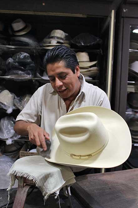 32284509633cb Jorge es el encargado de arreglar los sombreros