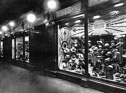 5852ac6fb03d0 Así lucían los aparadores desde el exterior de Sombreros Tardan en la  década de los 20. Con la llegada de las nuevas modas y el regreso de muchas  otras